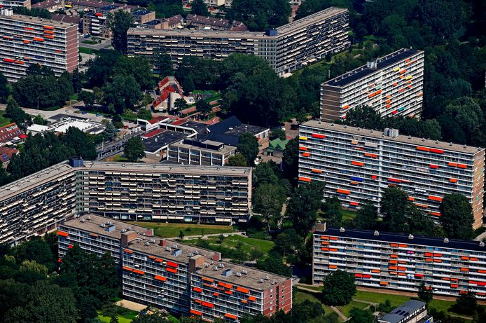 De Rotterdamse wijk Ommoord uit de lucht, met de fameuze knikflats.