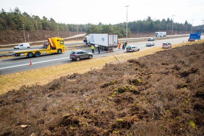 De vrachtwagen kwam eerst in de berm terecht alvorens de vangrail werd geramd.