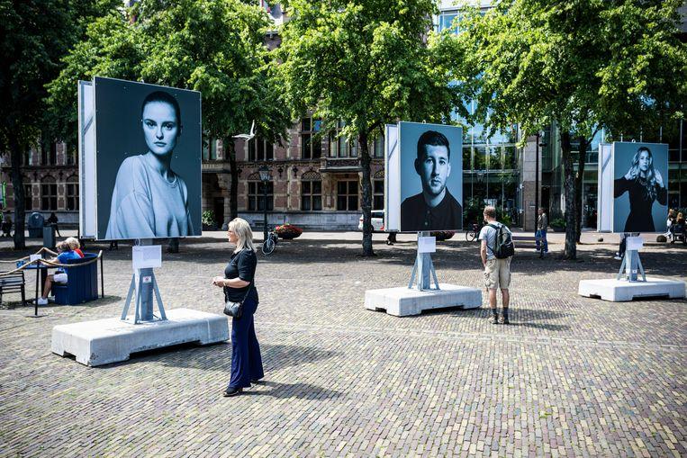 Op het Plein in Den Haag staan diverse foto's van Robin de Puy, die samen het Tijdelijk Monument Srebrenica vormen. Beeld Hollandse Hoogte / Remco Koers