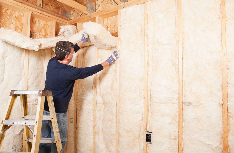 Een muur wordt met isolatiemateriaal geïsoleerd. Beeld Getty Images/iStockphoto