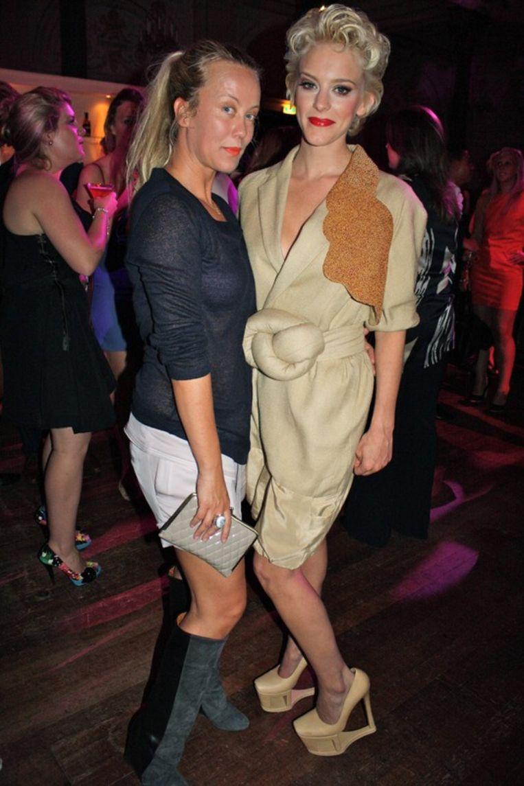 Modeontwerpster Ilja Visser (L) ontwierp de schoenen van Stacey  Rookhuizen (R).<br /> Beeld