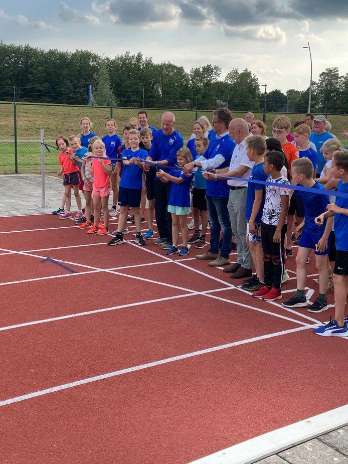 Wethouder Hans Wierikx opent officieel de gerenoveerde atletiekbaan van Oudenbosch