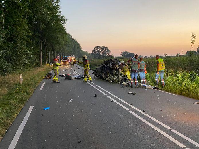 De Fliertweg in Wilp is afgesloten nadat een auto tegen een boom crashte.