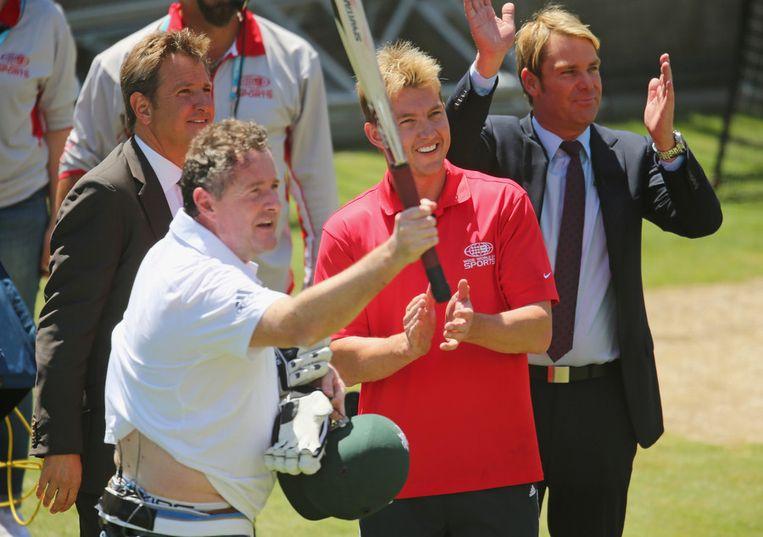 Piers Morgan (links) in crickettenue tijdens zijn onzachte confrontatie met de Australische werper Brett Lee. Beeld getty