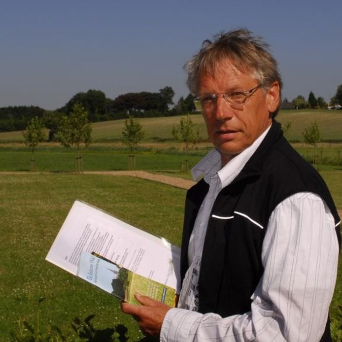 Willem de Weert, voorzitter van stichting de Brabantse Wal, met op de achtergrond de 'bult' bij Woensdrecht. 'Alles wat je altijd al over de Brabantse Wal wilde weten in één boek.' foto Jan van Zuilen