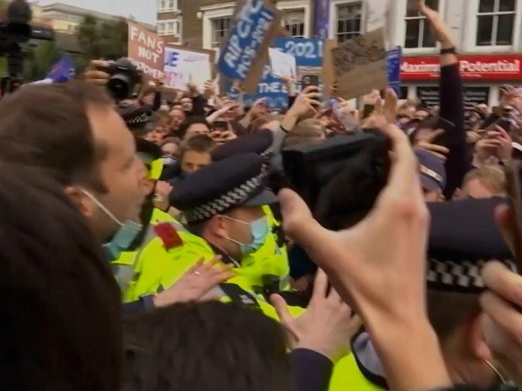 Woede en feest buiten stadion van Chelsea