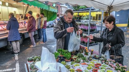 Wekelijkse markt Rollegem viert eerste verjaardag, dus krijgen klanten kleine attentie