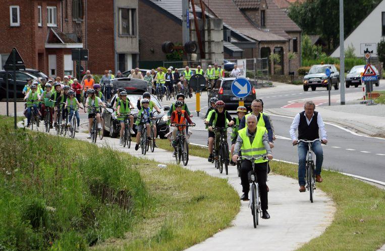 Onder meer Werner Hens (schepen van Openbare Werken in Balen), Wim Caeyers (burgemeester van Mol) en Johan Leysen (burgemeester van Balen) fietsten mee.
