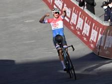 Buitenaardse Van der Poel schrijft geschiedenis met eerste Nederlandse zege in Strade Bianche