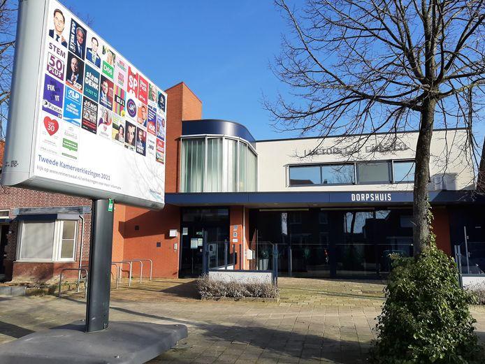Het nieuwe verkiezingsbord, hier voor het dorphuis in Rilland.