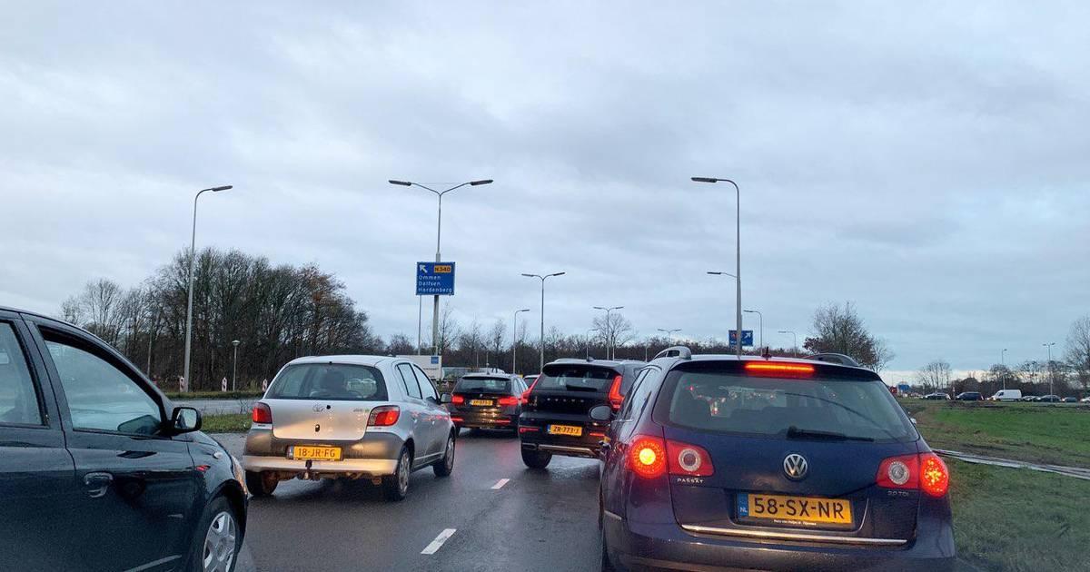 Flinke vertraging A28 bij Zwolle na ongeluk met twee autos.