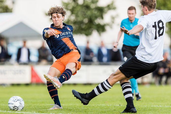 Jasper Dahlhaus (links) vuurt op doel tijdens de wedstrijd van Willem II tegen RKDSV.