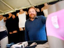 Marktkoopman Wim uit Holten staat te stralen in zijn kraam; hij mag zijn ondergoed weer uitstallen