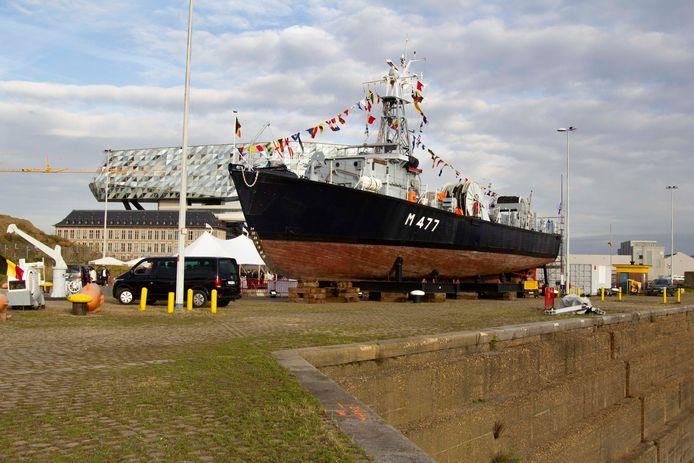 De Oudenaarde M477, met in de achtergrond het Havenhuis.