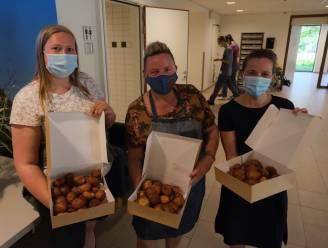 """Kermiskramer trakteert bewoners woonzorgcentrum op smoutebollen: """"Dankbaar dat kermissen opnieuw mogen"""""""
