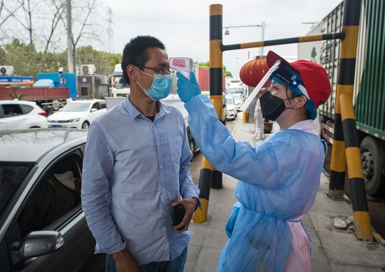 Chinezen die op stap gaan, moeten te allen tijde een groene 'gezondheidscode' kunnen tonen op hun telefoon. 'Geen land is meer geschikt om dit virus aan te pakken dan een autoritaire controlemaatschappij als China.' Beeld Xiao Yijiu