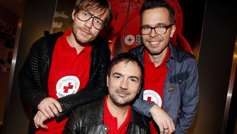 Giel Beelen (L), Michiel Veenstra (M) en Gerard Ekdom laten zich dinsdagavond opsluiten in het Glazen Huis in Enschede voor Serious Request. Beeld anp