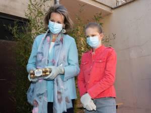 La reine Mathilde et la princesse Eleonore distribuent des colis aux sans-abri bruxellois