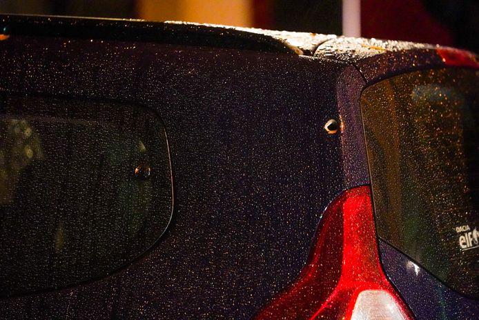 Eén van de kogels kwam in de achterkant van de auto terecht.