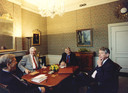 De fractieleiders Bolkestein (VVD), Van Mierlo (D66) en Kok (PVDA) in 1994 bij informateur Tjeenk Willink.