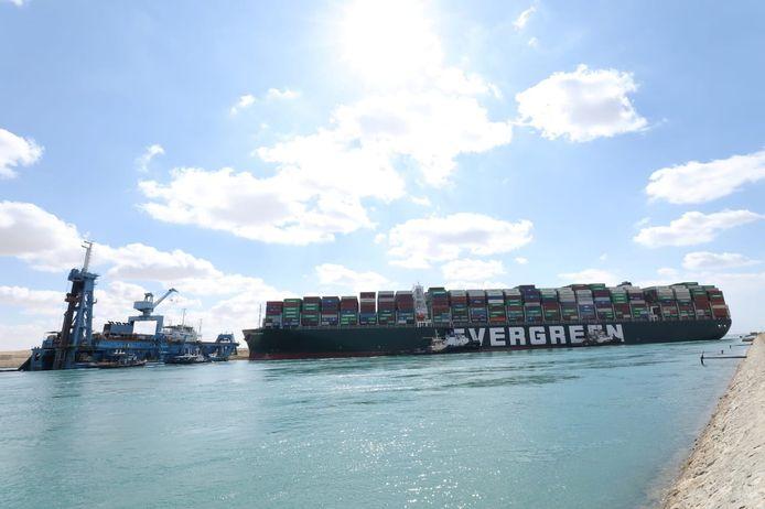 Met man en macht wordt gewerkt om het gestrande containership Ever Given vlot te trekken.