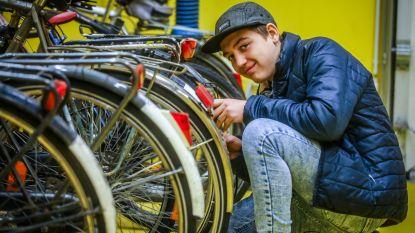 Jongeren herstellen fietsen van hun medeleerlingen