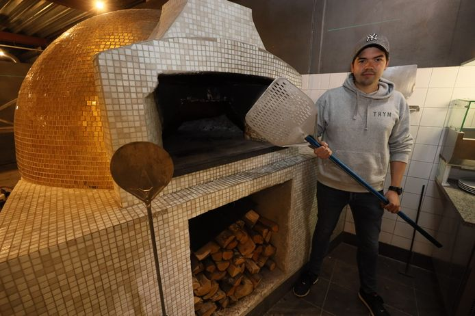 Stef de Schaaf bij de houtoven in Hout Pizzeria, waar hij mede-eigenaar is.