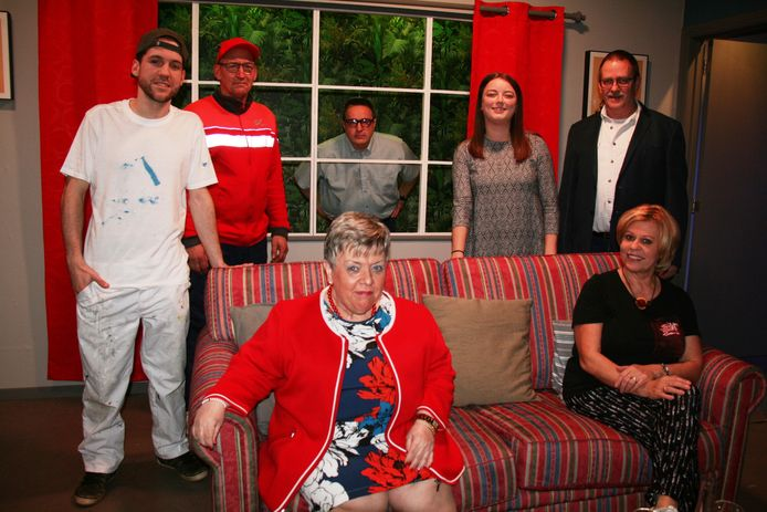 De cast van de komedie 'Vraag het maar aan de facteur'.