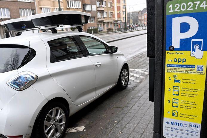 """Selon la députée régionale MR Françoise Schepmans, les véhicules scanneurs (8 voitures et 3 scooters), qui sillonnent actuellement les rues de huit communes (Anderlecht, Berchem-Sainte-Agathe, Evere, Ganshoren, Ixelles, Jette, Koekelberg et Schaerbeek), """"carburent à l'amende avec une efficacité redoutable"""". Plusieurs communes où ils sont utilisés ont vu quasiment doubler ou tripler le nombre d'amendes."""