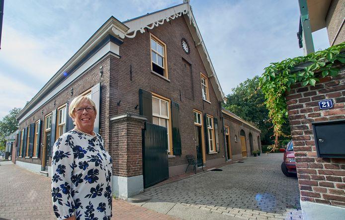 Gerda Cornelissen bij de historische boerderij aan de Hoogstraat te Veghel.
