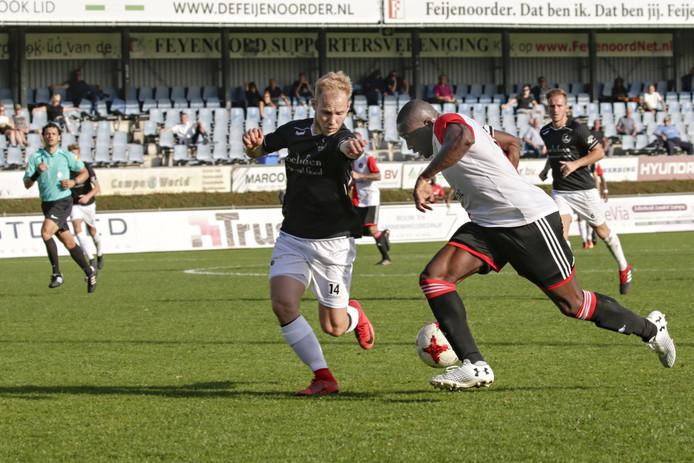 Mattheys Kuypers (links) kan namens DFS Opheusden Junior Obiku niet tegenhouden  tijdens de wedstrijd tegen SC Feyenoord.