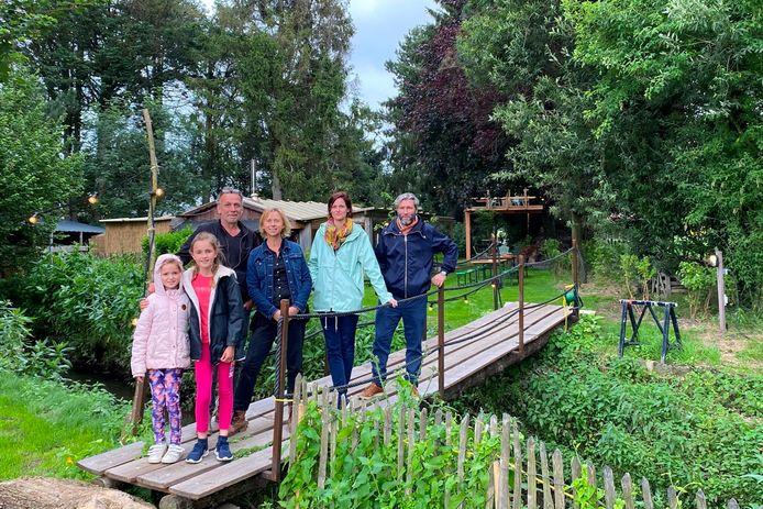Het buurthuis met zomerbar 'Spoor 3' in de Kloosterstraat in Lede is een initiatief van Renaat Coppens, Rik Allaert en partners Danka en Ineke. Eveneens op de foto dochtertjes Victorine en Annette.