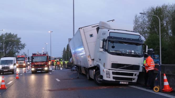 Vrachtwagen knalt op middenberm E17 na klapband