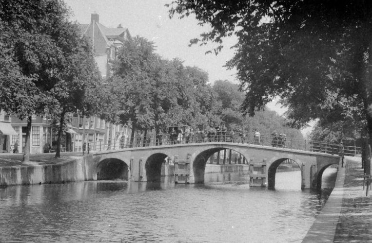 Van Mierlo woonde jarenlang vlakbij deze brug. Beeld Stadsarchief Amsterdam