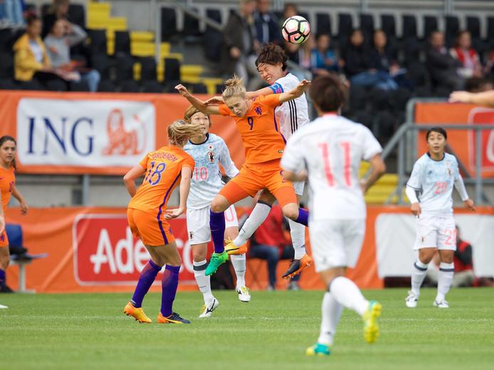 Vivianne Miedema (Oranje) in duel met Saki Kumagai tijdens een oefeninterland van het Nederlands vrouwenelftal tegen Japan.