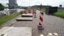 Maandagochtend is er afscheiding geplaatst rond de neergelegde betonnen platen aan de Markkade.