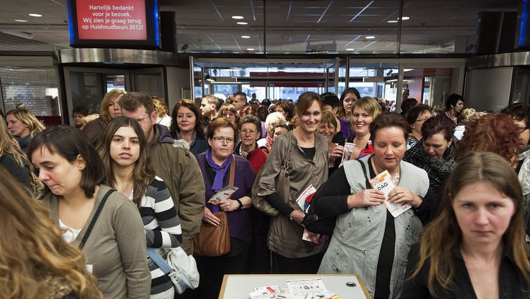 Een grote menigte vrouwen staat in de rij na de opening van de Huishoudbeurs in de Rai Amsterdam in 2012. Beeld ANP
