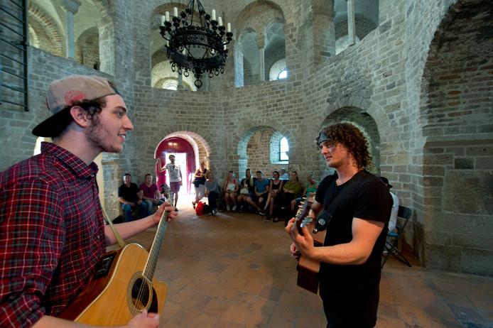 The Overslept speelde vorig jaar een akoestische set in de St. Nikolaaskapel in het Valkhofpark.