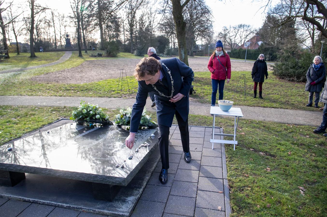 Burgemeester René Verhulst legt een steentje op het Joods monument in Ede. Dat is een oud Joods gebruik om een overlevende te eren en de herinnering levend te houden.