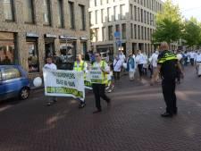 Tientallen Schilderswijkers lopen stille tocht als protest tegen rellen
