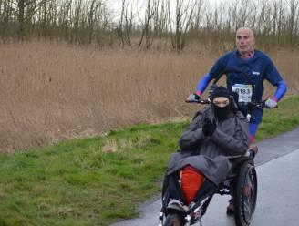 """Ultraloper Serge (54) loopt anderhalve marathon met rolstoel: """"De jongeren die ik duw geven me de energie om de finish te halen"""""""