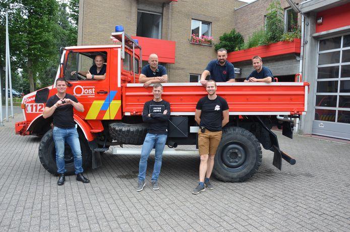 De Lokerse brandweermannen voor hun Unimog-voertuig dat werd ingezet in het rampgebied in Wallonië.