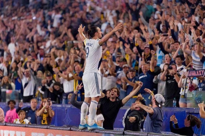 Zlatan bouwt een feestje met de fans van LA Galaxy.