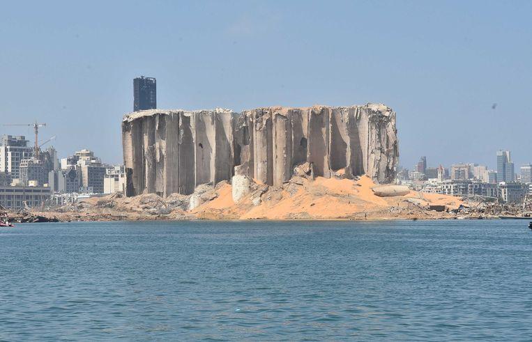 Een beschadigde graansilo in de haven van Beiroet. Drie dagen na de verwoestende explosie in de hoofdstad van Libanon, wordt er nog gezocht naar overlevenden.