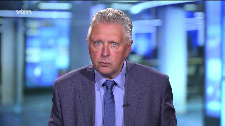 De nieuwsuitzending van VTM werd uitgezonden vanuit de noodstudio in Vilvoorde, nadat het gebouw van DPG Media in Antwerpen ontruimd werd na een dreigbericht. Beeld VTM nieuws