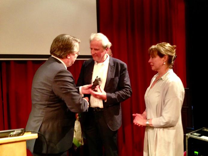 Nol Verdaasdonk ontving tijdens zijn afscheidsreceptie de provinciale onderscheiding Hertog Jan.