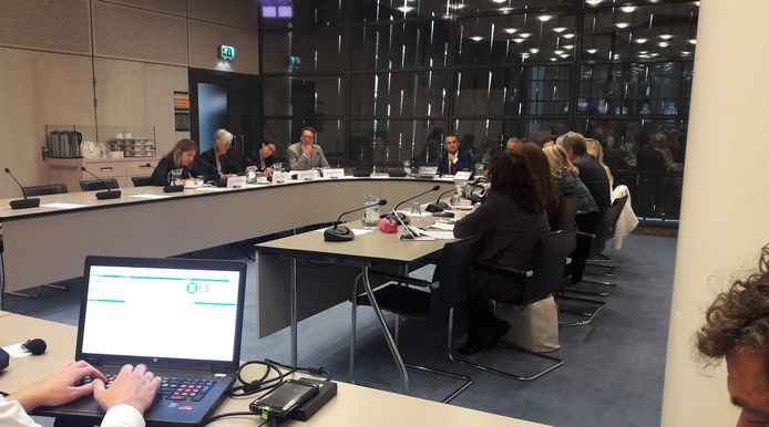 Gedeputeerde Annemieke Traag  (tweede van links) met rechts daarnaast het CDA-Statenlid Bouwien Rutten en wethouder Claudio Bruggink uit Hengelo, worden gehoord door de Tweede Kamer.