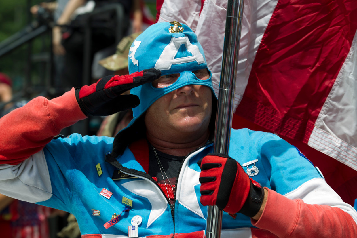 Een demonstrant is verkleed als Captain America tijdens een alt-rightbijeenkomst in Washington.  Beeld Jose Luis Magana / AFP