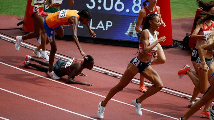 Sifan Hassan valt in de laatste ronde van de 1500 meter  halve finale in het Olympisch Stadion tijdens het atletiektoernooi van de Olympische Spelen in Tokio.