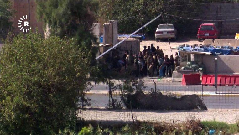 Een screenshot van het Koerdische nieuwskanaal Rudaw laat zien hoe Iraakse strijders zich in Kirkuk verzetten tegen IS. Beeld afp